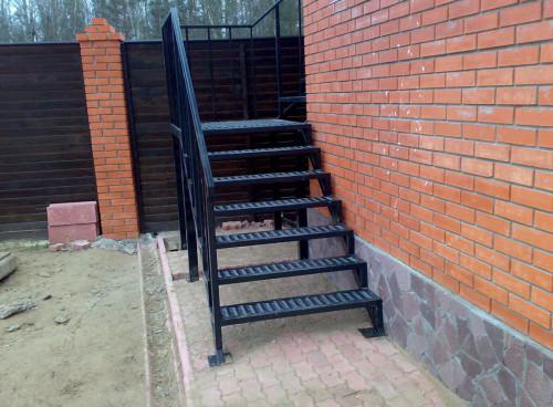 Как сделать уличную лестницу из металла своими руками